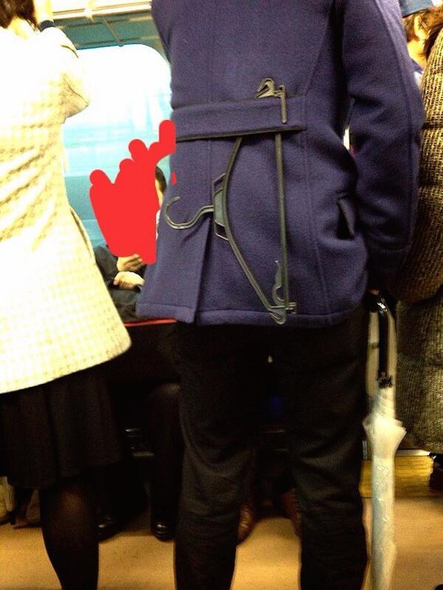 二度見! 電車内でコートを着ている男性の背中にハンガーが(笑)syame_0081