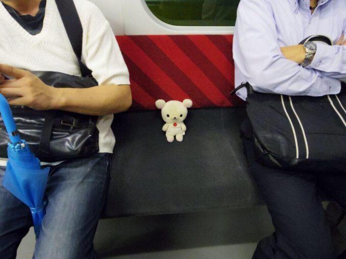 これはどかせない! 混雑している電車内で座席にちょこんと座るコリラックマ(笑)syame_0096