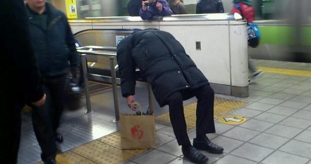 爆睡! 駅ホームの意外すぎるところで熟睡する男性(笑)syame_0102