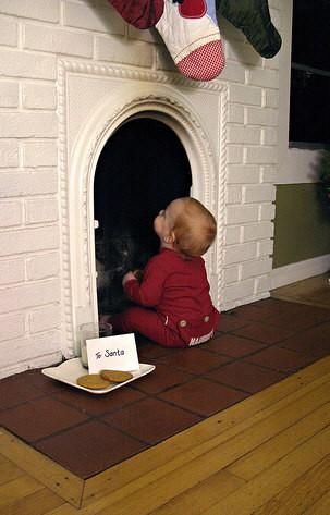 【クリスマスの子どもおもしろ画像】サンタクロースが待ち遠しくて暖炉を覗く赤ちゃん(笑)christmas_0110