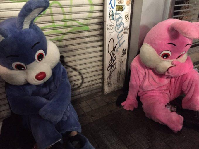 どうした? 渋谷ハロウィンで道に座り込んでうなだれるウサギたち(笑)halloween_0120