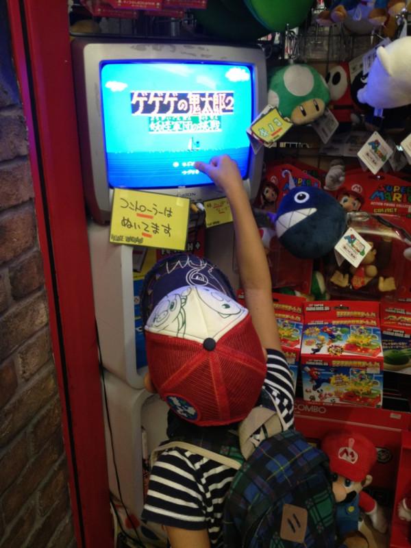 時代のギャップ! お店に置いてあるテレビゲームがやりたくて、テレビ画面を押す子ども(笑)