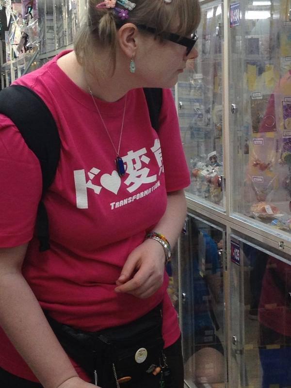 【オタクおもしろ画像】アニメショップで見かけた外国人女性が着ている変な日本語Tシャツ(笑)