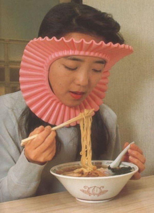発想の天才! シャンプーハットを使ってラーメンのスープがはねるのを防ぐ(笑)adsign_0086