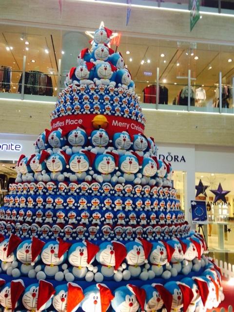 圧巻! シンガポールの商業施設「ワン・ラッフルズ・プレイス」に設置されたドラえもんツリー(笑)christmas_0114
