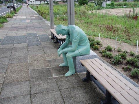 はぁ。。 鳥取県北栄町「コナン通り」にある毛利小五郎のブロンズ像が疲れたサラリーマン