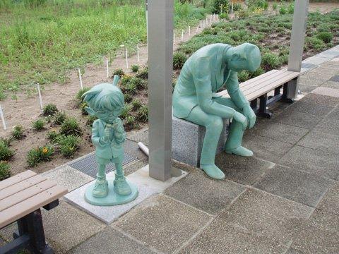 はぁ。。 鳥取県北栄町「コナン通り」にある毛利小五郎のブロンズ像が疲れたサラリーマンみたい