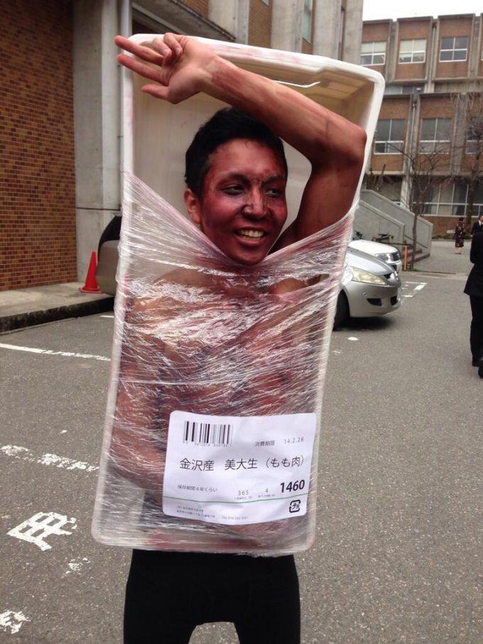 【おもしろコスプレ画像】不味そう! 金沢美術工芸大学の2014卒業式コスプレ「金沢産 美大生(もも肉)」(笑)cosplay_0012