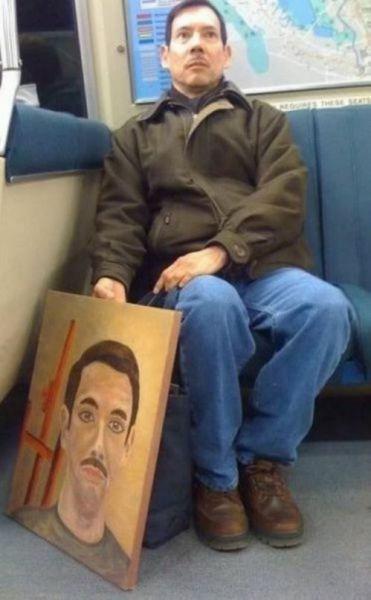 ちょっと近寄りたくない! 外国の電車内で見かけた自分の自画像を持った人(笑)foreign_0101