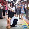 自慢の彼氏! 中国の駅ホームで彼女のために人間イスになる彼氏(笑)