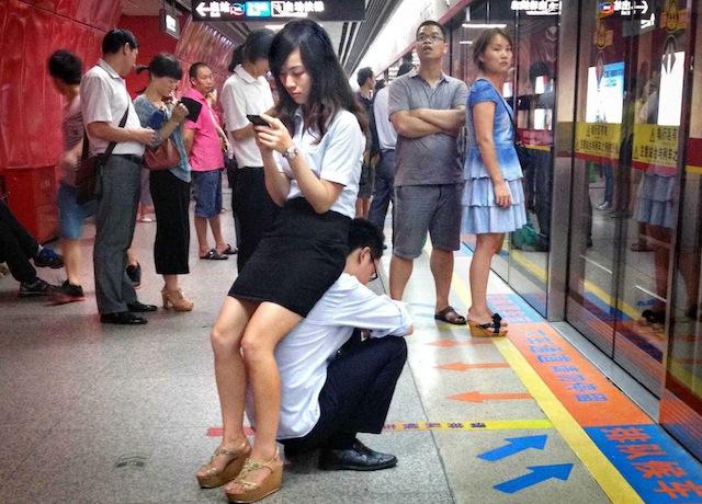自慢の彼氏! 中国の駅ホームで彼女のために人間イスになる彼氏(笑)foreign_0102