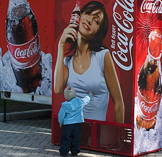 【子どもおもしろ画像】つんつん! コカ・コーラの自動販売機に描かれた女性が気になる子ども(笑)