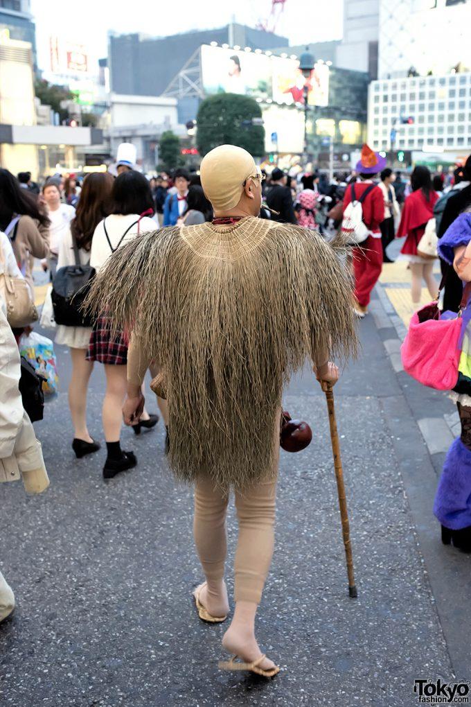 【渋谷ハロウィンおもしろ仮装画像】この後ろ姿は! 渋谷ハロウィン中スクランブル交差点を渡る子泣き爺(笑)halloween_0103