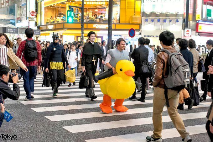 よちよち! ハロウィン渋谷にスクランブル交差点を渡るアヒルちゃんを発見(笑)halloween_0105