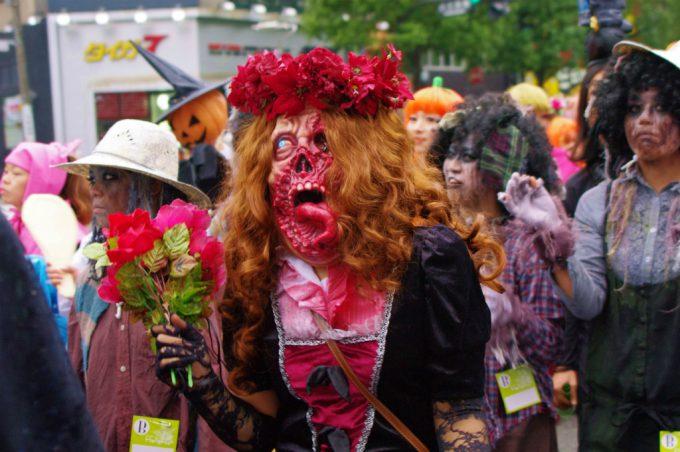 【川崎ハロウィンおもしろ仮装画像】キモ怖! 川崎ハロウィン2011パレードで見かけた特殊メイクのゾンビ伯爵夫人が怖すぎます(笑)
