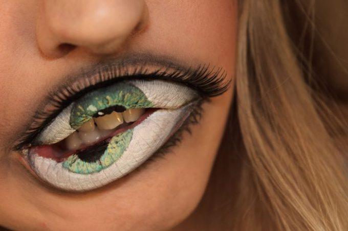 パカッ! ハロウィンにぴったりな唇が目玉になるリップメイク(笑)halloween_0137_03