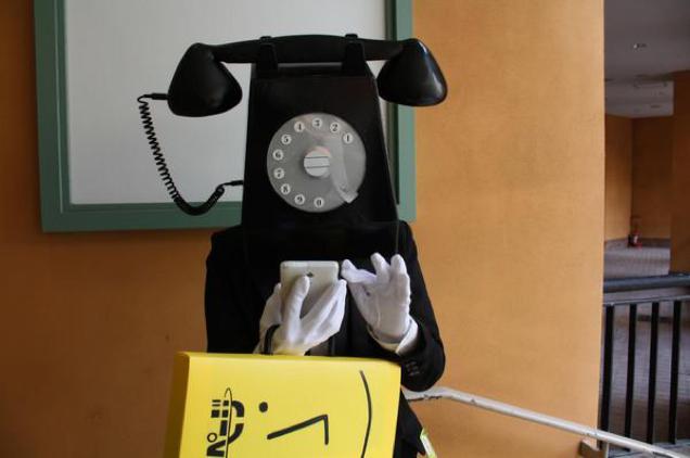 【川崎ハロウィンおもしろ仮装画像】タウンページを持った黒電話がスマホを操作しているという違和感(笑)halloween_0138