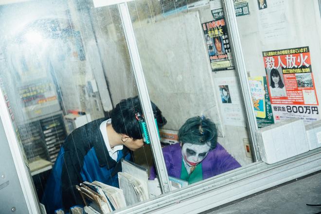 ちょっと君! ハロウィンに渋谷警察署宇田川交番で書類を書くジョーカーと見守るハーレイ・クイン(笑)halloween_0178