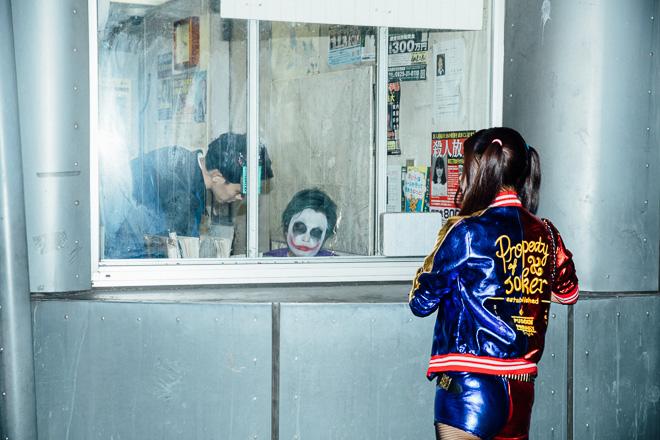 ちょっと君! ハロウィンに渋谷警察署宇田川交番で書類を書くジョーカーと見守るハーレイ・クイン(笑)halloween_0178_01