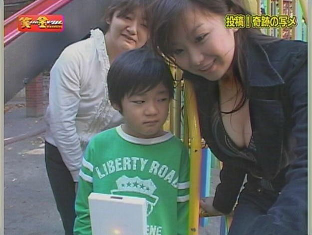 【子どもおもしろ画像】バラエティ番組『笑いの金メダル』で女性をガン見する男の子(笑)kids_0151