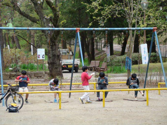 ブランコはイス! 公園で遊ぶイマドキの子どもたちの光景に驚き(笑)kids_0152