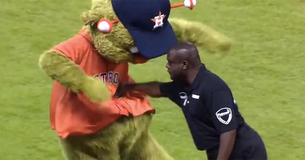 【野球の着ぐるみおもしろ画像】ボフッ! メジャーリーグで警備員に腹パンチされるマスコットキャラ(笑)