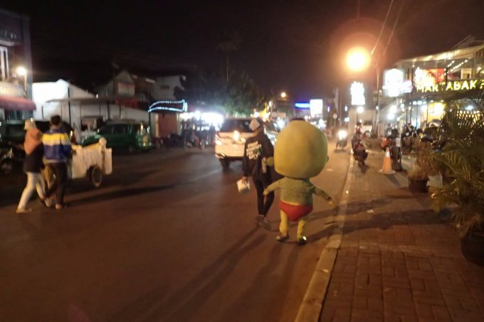 怖! インドネシアの夜に突然現れた謎のゆるキャラが怖すぎる(笑)livingdoll_0016
