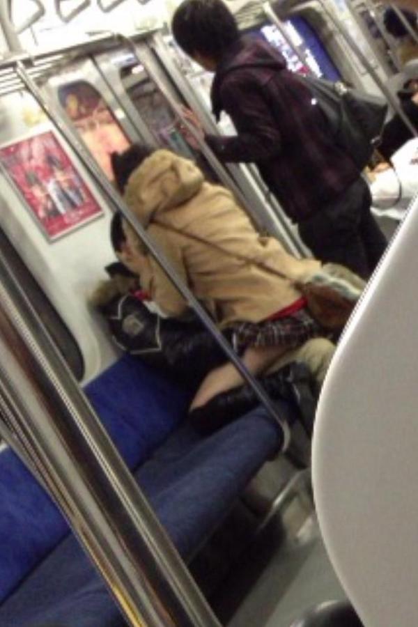 まるで家と勘違いしている、電車内のカップル!