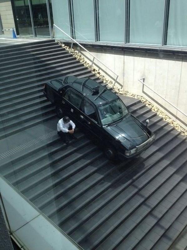 絶望! 道を間違えて階段で立ち往生するタクシーと運転手(笑)
