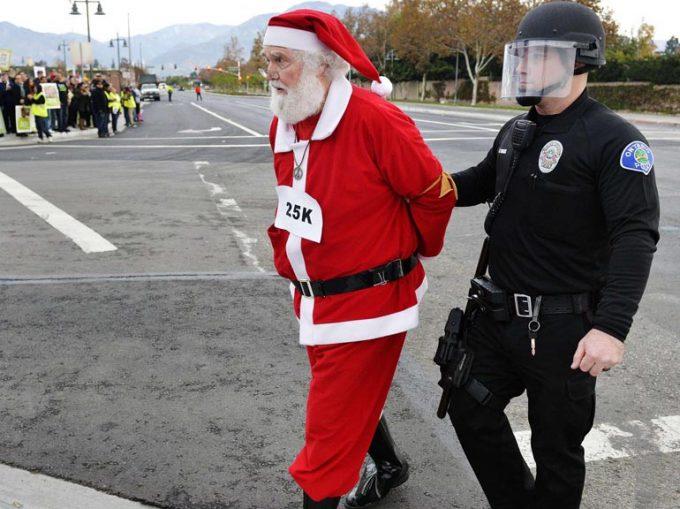 【サンタクロース逮捕おもしろ画像】警察に連行されるサンタクロース