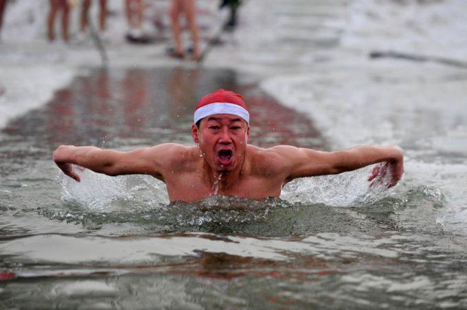 ひぇ! サンタ帽を被って川で必死にバタフライをする男性の姿にゾクゾクします(笑)christmas_0109