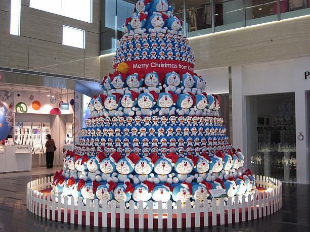 圧巻! シンガポールの商業施設「ワン・ラッフルズ・プレイス」に設置されたドラえもんツリー(笑)christmas_0114_01