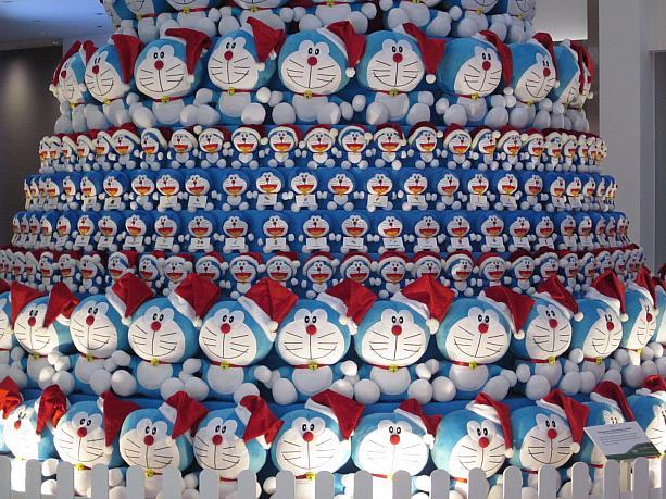 圧巻! シンガポールの商業施設「ワン・ラッフルズ・プレイス」に設置されたドラえもんツリー(笑)christmas_0114_02