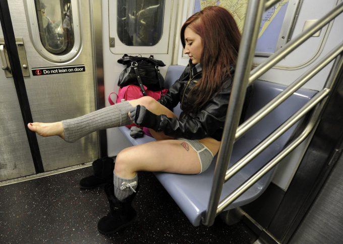 目のやり場に困る! 電車内でいきなり着替えを始める女性(笑)foreign_0125