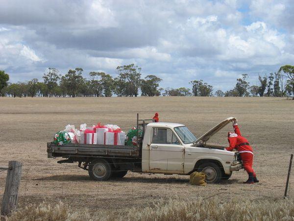 ヤバい間に合わない! サンタがクリスマスプレゼントを運び中に車が故障笑christmas_0067