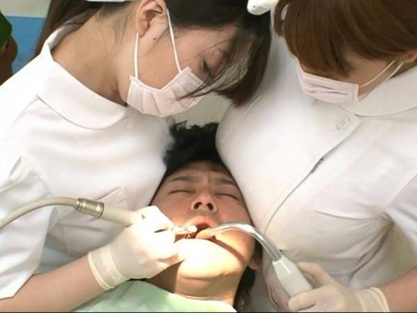 予約殺到! 歯科衛生士のアレがあたる男性患者で予約がいっぱいな歯医者の光景(笑)