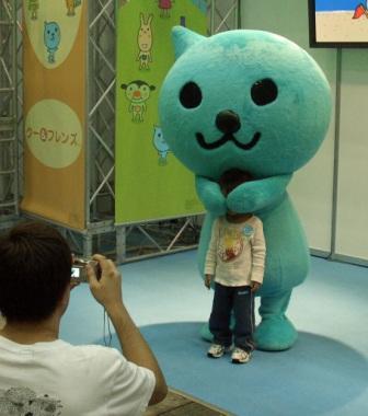 【子どもと着ぐるみおもしろ画像】『アミューズメントマシンショー』でQoo(クー)の着ぐるみと記念撮影する子ども(笑)