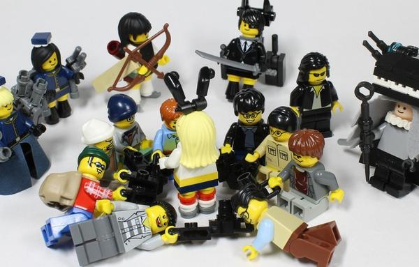 完璧! コミケで『艦これ』島風コスプレに群がるローアングラーをレゴで再現(笑)otaku_0011