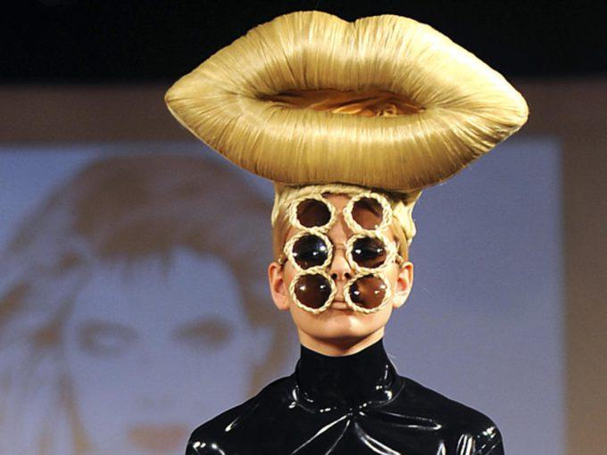 妖怪? ファッションショーで頭にでかい唇を乗せた6つ目お化けが登場(笑)beauty_0101