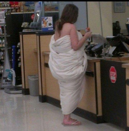 ずぼら! 服を着るのが面倒で布団を服のようにしてる人をウォルマートで発見(笑)foreign_0119