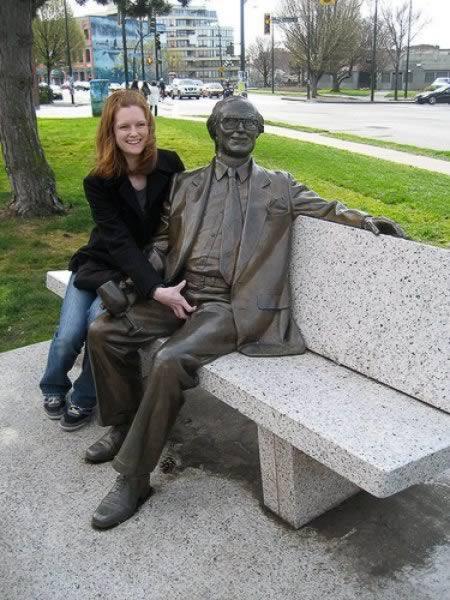 悪ふざけ! ベンチに腰掛ける男性銅像のアレを掴んで記念撮影(笑)