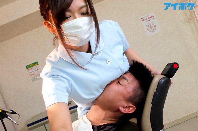 歯科衛生士に治療を受ける男性