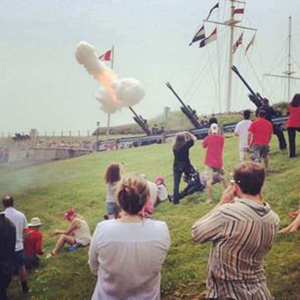 カナダの日に打ち上げられた礼砲の煙がどう見ても男性のアレ(笑)