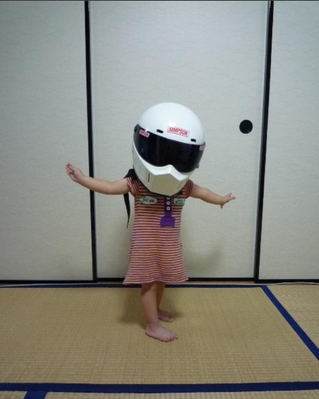 【子どもおもしろ画像】フルフェイスヘルメットを被ったちびっ子ヒーローが可愛すぎ(笑)