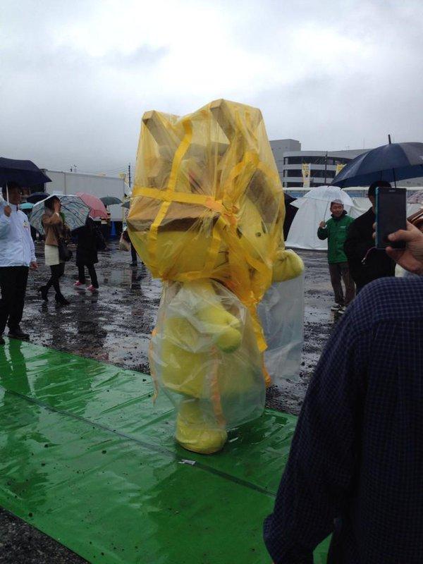 頑張れ! 雨でも必死にPRする島根県観光連盟ゆるキャラしまねっこが可哀想(笑)livingdoll_0014