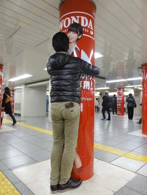 やめとけ! 新橋に出現した「WONDA×AKB48」篠田麻里子の等身大電柱ポスターに抱き着くオタク(笑)otaku_0008