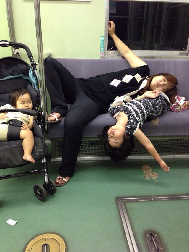 ぐっすり! 電車内で他人のことなど気にもせず優先座席で寝る親子!