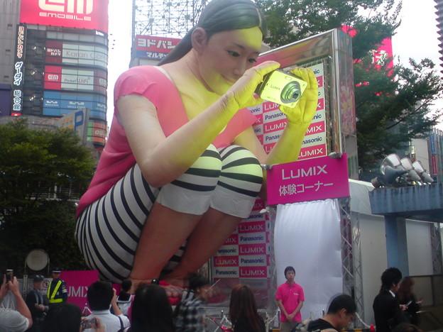 でか! アルタ前「新宿ステーションスクエア」に出現した巨大綾瀬はるかバルーン(笑)
