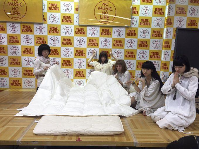 異常! 女性アイドルグループ「Hauptharmonie(ハウプトハルモニー)」のイベント『ベッド・イン(添い寝)会』(笑)talent_0119_09