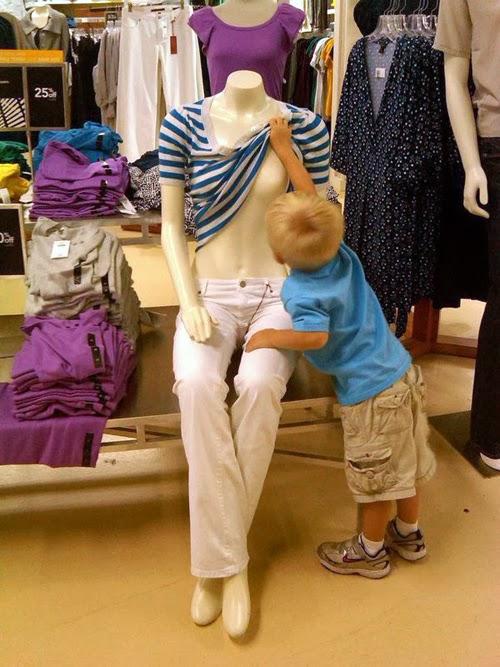 どうなってるの? マネキンの服の下が気になって服をめくる男の子(笑)foreign_0104